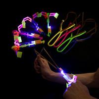 Juguete de descompresión Dragonfly de bambú del juguete con un cohete de tiro ligero volando paracaídas Sky UFO al aire libre noche juego juguetes para con led catapulta