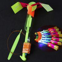 Glödande slingshot flygande pilar blå ljus flygande svärd dubbel flash flygande pilar nattmarknad leksaker varm försäljning små leksaker wy1598