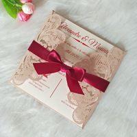Venta caliente Luz Tarjetas banquete de boda rosado del reflejo del corte del laser con la cinta de Borgoña con la impresión personalizada de bricolaje invitaciones de quinceañera