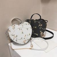 Heart Shaped Messenger Bag Frauen 2020 neue Art und Weise koreanischen Leder-Kette Tasche Dame Retro Handtaschen Mädchen Süße Blumen Schultertaschen