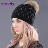 [Boapt] стразы мягкой шерсть вязания шапки мех енота пушистого помпон случайная женские зимние Skullies шапочка шапка для женских шляп