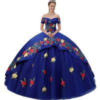 Великолепная Royal Blue Off плечо Милая Короткие рукава Multi-цветов Цветочный Аппликация Overlay Charro Quinceanera платье с Искорка Тюль