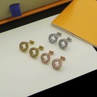 Europa amerika einfache stil dame frauen titan stahl v initialen aushöhlen out ohrstecker 3 farbe
