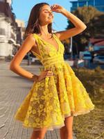 Gelbe kurze Heimkehrkleider V-Ausschnitt Backless Mini-Applikationen Spitze Cocktail-Kleid plus Größen-Prom-Kleid für süße 16 Vestidos de cóctel