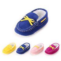 Первые ходунки родились девочка детская кроватка обувь младенец милый желтый бантик мягкий пух хлопок легко малыш мокасины