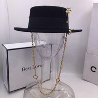 Black Cap Kvinna British Wool Hat Fashion Party Flat Top Hat Chain Strap och Pin Fedoras för kvinna för en gata-stil skytte