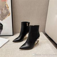 Botas de couro pretas das mulheres, letra de metal botas curtas de salto alto, botas de moda pontiagudas do zíper lateral, com caixa