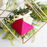 50pcs Rose Red Üçgen Piramit Tatlı Şeker Kutusu Düğün Hediye Kutusu Düğün Dekorasyon Ambalaj Kağıt Hediyelik Kutular Çikolata Bags Yana
