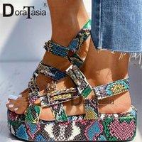 DORATASIA grande taille 34-44 Brand New Luxury Ladies colorés Compensées Gladiator Sandales Femme Party Sandales d'été Femmes 2020 Y200620