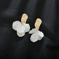 Люстра болтаться люстрой Mestilo милые белые нерегулярные длинные смоделированные раковины линии смола цветок листья формы падение серьги для женщин классический драгоценный камень