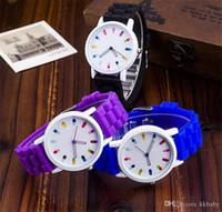 Nouvelle montre de silicone de Genève Mignonne POP Pills Hollow Aiguille Watch pour Women Quartz Montres Mens Montres