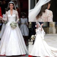 Classic 2021 Billiga Vit En Linje Bröllopsklänningar V Neck Sheer Långärmad Appliqued Lace Kate Middleton Knappar Tillbaka Royal Bridal Gown Satin