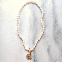 Lü Ji Weiß Barock Perlenkette Goldfarben-Mode-Münzen-Charme-Halskette 45cm für Frauen-Mädchen-Schmuck-Geschenk 200928