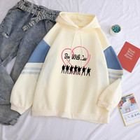Femmes Sweats à capuche Sweat-shirt décontracté coréenne Kpop Boy With Luv Imprimer capuche Magie couleur Splicing Toison drôle Streetwear Tops Pull