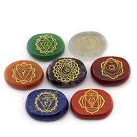 Natürlicher kristall lose edelsteine graviert indien yoga chakras sanskrit rune jewelry 7 farbe chakra meditation gibstation stein requisiten reiki heilende dekorieren