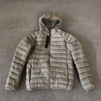 Nuovo Designer Cappotti maschii Moda Giacca invernale di alta qualità Caldo Casual Casual Inverno Spessa Cappotto con cappuccio Cappotto Badge Uomo Top Abbigliamento