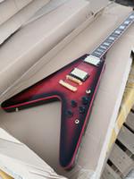 الشحن غير النظامية الأحمر الغيتار الأسود، وحلقت V الغيتار الحرة وهيئة الماهوجني، روزوود الأصابع، التقاطات LP، الأجهزة الذهبي،
