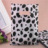 Nouveau style en gros 15 * 20cm lait Design vache Emballage cadeau sacs avec poignées en plastique Sacs à provisions