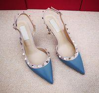 bombas de las mujeres la manera del envío-Venta caliente del diseñador ocasional oro mate de cuero con clavos picos slingback zapatos de tacones altos