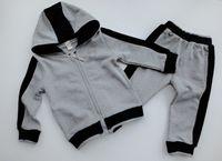 Vendita calda Bambini Set di moda stile classico Baby t-shirt pantaloni cappotto Jacekt Hoodle Sweater Suit Childrensn Bambini 2pcs Abbigliamento cotone