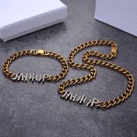Designer de luxo mulheres pulseira colares moda jóias conjuntos de diamante letra pingente colares com selos de bronze beads cadeia para festa