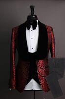 Сшитое Groomsmen шаль Velvet отворотом Groom Tuxedos красный и черный Мужские костюмы Свадебные Шафер Blazer (куртка + брюки + галстук + жилет) L608