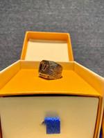 Europa América estilo homens envelhecidos ouro-cor gravado V Iniciais Anel de madeira MP2782