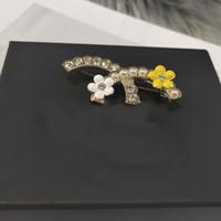 Diseñador de mujeres Broche de la letra clásica Logo de la letra de la perla de alta calidad Diamante con incrustaciones con broche de flores Joyería de lujo al por mayor L-C4
