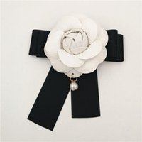 Bianco Camelia Flower Brooch Donne Camellia Spille Pin Pin Pearl Pendente Bianco Bianco Pin Brooch Pin per Wedding1