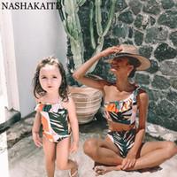 Nashakaite Мама и мне купальник Одно плечо вырезать купальник матери и дочери листьев печати семьи подходящие купальники LJ201111