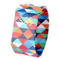 Renkli Kareler Desen Kağıt İzle Dayanıklı DuPont Kağıt Kayışı Saatler Kadınlar Hediye Dijital Zaman Ekran Saatler Saati Kız Arkadaş1