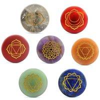 Natürlicher kristall lose edelsteine graviert indien yoga chakras sanskrit rune runde jewelry 7 farbe chakra meditation gibstation stein requisiten Reiki heilende schmücken