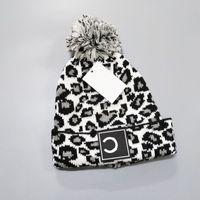 Wholesale beanie новые зимние колпачки шляпы женщин капот утолщенные шапочки с реальным енотным меховым помпонами теплые девушки кепки snapback pompon beanie 2020