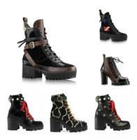 2020 أحدث النساء مصمم الأحذية مارتن الصحراء التمهيد فلامنغوس الحب السهم ميدالية 100٪ جلد حقيقي أحذية الشتاء الخشن حجم 35-42