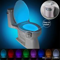 8 couleurs LED WC Soirée de nuit Mouvement Mouvement Activé Dusk Sensible à la lumière à Dawn Lampe à piles Lampe Lamparas Bol de toilette Nuit