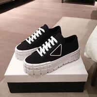 Motokros lastiklerinden ilham alan kauçuk platform, bu naylon gabardine spor ayakkabılarının sıradışı tasarımını tanımlar. Logo üçgen dekore50 mm