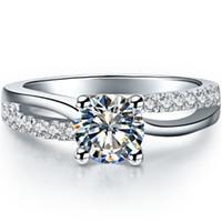 素晴らしい1ct NSCDシミュレートされたダイヤモンドリング4プロングの設定女性のための婚約リングのための婚約リング18Kホワイトゴールドメッキ