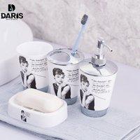 SDARISB 100% пластиковые аксессуары для ванной комнаты набор 4 шт. Набор ванн подарок Inlcude зубной щеткой держатель набор тумблер мыло мыло для мыла Dispenser Y200407