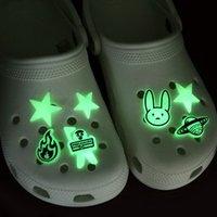 100pcs Custom Hot Cartoon Molle PVC Glow Glow Scarpa Charms Jibitz per Zolla luminosa Accessori Babe Glowwwwwwwwwwwwwwwwing up al buio