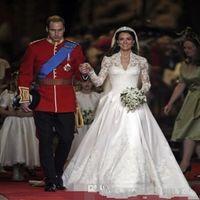 Classic 2021 Vit En Linje Bröllopsklänningar V Neck Sheer Långärmad Appliqued Lace Kate Middleton Knappar Tillbaka Royal Bridal Gown Satin