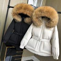 2021 New Lagabogia Inverno Raccoon - Mulher de pele de pele branca para baixo hoodie cintura fechamento temperamento curto casaco quente grosso com cinto dcwf