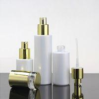 Bouteille de pompe de verre de maquillage de luxe de maquillage de luxe pour la lotion / parfum avec une bouchon d'or brillant et brillant