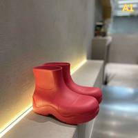 2020 Nuevo charco de moda para mujer Diseñador Botas cortas Luz Empresa impermeable Zapatos Casuales Caucho genuino Suela de gran tamaño varias botas de colores