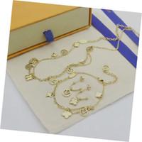 Vendita calda Gioielli di moda Set di gioielli Lady 316L in acciaio in titanio in acciaio a quattro foglie lettera floreale 18k placcato oro doppia collane collane bracciale orecchini 1pc