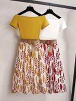2021 Mulheres Amarelas Verão Camiseta 2 Peça Set Off Ombro Basic Tees + Alto Cintura Folha Print Skirt Conjuntos De Moda Terno Com Cinto Livre Trançado