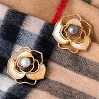 Перлы камелии броши для женщин Свадебные украшения Vintage Gold Flower Pins Winter корсаж пальто шарф Рождественские подарки