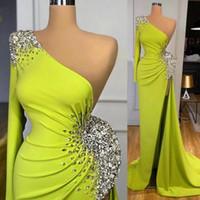 Удивительные зеленые одно плечо вечерние платья Кристаллы из бисера атласная русалка высокие разделительные сексуальные женщины Дубай формальная вечеринка выпускных платьев с длинным рукавом