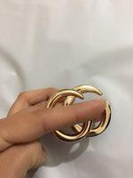 2021 신제품 출시 영어 알파벳 합금 코어, 과장된 핀 개성, 황금 칼라 꽃 저녁 접근 자