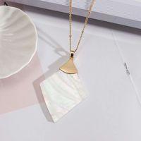 Doğal Abalone Shell Quatrefoil Kolye Kolye Altın Boncuk ile Link Zinciri Beyaz Kabuk Üçgen Uzun Bildirimi Kolye Takı