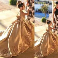 Champagne Gold Ball Gown Girls Pageant Abiti Abiti Pizzo Applique Satin Rucchirati Tulle Bow Bow Sash Formale Girls Party Sera Abito da compleanno